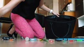 Νέα γυναίκα που βάζει τα αντικείμενα στην τσάντα της απόθεμα βίντεο