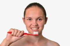 Νέα γυναίκα που βουρτσίζει τα δόντια της, οδοντική έννοια προσοχής Στοκ φωτογραφίες με δικαίωμα ελεύθερης χρήσης