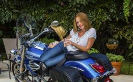 Νέα γυναίκα που βρίσκεται σε μια μοτοσικλέτα με CHAMPAGNE στοκ εικόνες με δικαίωμα ελεύθερης χρήσης