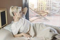 Νέα γυναίκα που βρίσκεται στο κρεβάτι με τον πόνο στο λαιμό στοκ φωτογραφίες με δικαίωμα ελεύθερης χρήσης