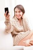 Νέα γυναίκα που γίνεται ένα selfie Στοκ εικόνα με δικαίωμα ελεύθερης χρήσης