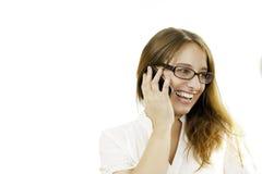 Νέα γυναίκα που γελά στο τηλέφωνο Στοκ εικόνες με δικαίωμα ελεύθερης χρήσης