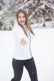 Νέα γυναίκα που γελά και που ρίχνει τις χιονιές Στοκ Εικόνες