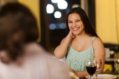 Νέα γυναίκα που γελά με τους φίλους Στοκ φωτογραφία με δικαίωμα ελεύθερης χρήσης