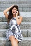 Νέα γυναίκα που γελά μιλώντας στο κινητό τηλέφωνο Στοκ εικόνες με δικαίωμα ελεύθερης χρήσης