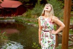 Νέα γυναίκα που γελά στη λίμνη Στοκ εικόνες με δικαίωμα ελεύθερης χρήσης