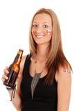 Νέα γυναίκα που γιορτάζει την ημέρα του Καναδά με την μπύρα Στοκ εικόνα με δικαίωμα ελεύθερης χρήσης