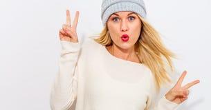Νέα γυναίκα που δίνει το σημάδι ειρήνης Στοκ φωτογραφία με δικαίωμα ελεύθερης χρήσης