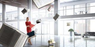 Νέα γυναίκα που διαβάζει ένα βιβλίο r στοκ φωτογραφία