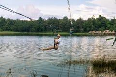 Νέα γυναίκα που διασχίζει μια λίμνη στη γραμμή φερμουάρ σε Chiang Mai στοκ εικόνα με δικαίωμα ελεύθερης χρήσης