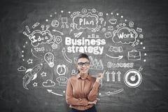 Νέα γυναίκα που δείχνει στα εικονίδια επιχειρησιακής στρατηγικής Στοκ Εικόνα