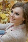 Νέα γυναίκα που εγκαθιστά στο πάρκο Στοκ φωτογραφία με δικαίωμα ελεύθερης χρήσης