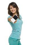 Νέα γυναίκα που εμφανίζει κινητό τηλέφωνό της Στοκ Εικόνα