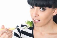 Νέα γυναίκα που δεν απολαμβάνει την πράσινη σαλάτα της στοκ φωτογραφίες