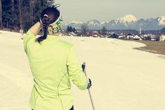 Νέα γυναίκα που εξετάζει την ανώμαλη να κάνει σκι διαδρομή Στοκ εικόνες με δικαίωμα ελεύθερης χρήσης