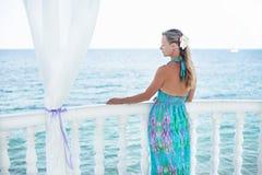 Νέα γυναίκα που εξετάζει τη θάλασσα. Στοκ φωτογραφία με δικαίωμα ελεύθερης χρήσης