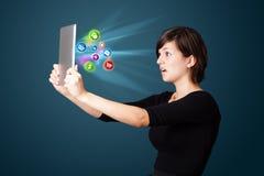 Νέα γυναίκα που εξετάζει τη σύγχρονη ταμπλέτα με τα αφηρημένα φω'τα και va Στοκ φωτογραφία με δικαίωμα ελεύθερης χρήσης