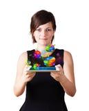 Νέα γυναίκα που εξετάζει τη σύγχρονη ταμπλέτα με τα διαγράμματα πιτών στοκ φωτογραφίες