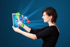Νέα γυναίκα που εξετάζει τη σύγχρονη ταμπλέτα Στοκ εικόνα με δικαίωμα ελεύθερης χρήσης