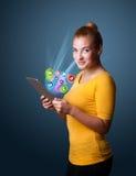 Νέα γυναίκα που εξετάζει τη σύγχρονη ταμπλέτα Στοκ φωτογραφία με δικαίωμα ελεύθερης χρήσης