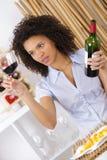 Νέα γυναίκα που εξετάζει το κόκκινο κρασί γυαλιού Στοκ φωτογραφία με δικαίωμα ελεύθερης χρήσης