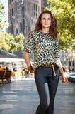 Νέα γυναίκα που επισκέπτεται τη Βαρκελώνη κοντά Sagrada Familia Στοκ εικόνα με δικαίωμα ελεύθερης χρήσης
