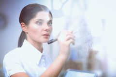 Νέα γυναίκα που επισύρει την προσοχή στο whiteboard με το άσπρο copyspace 15 woman young Στοκ Φωτογραφία