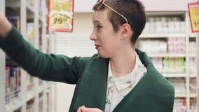 Νέα γυναίκα που επιλέγει το άρωμα στην υπεραγορά, που μυρίζει κακό το άρωμα, φιλμ μικρού μήκους