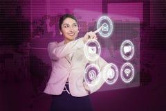 Νέα γυναίκα που εργάζεται με την υψηλή τεχνολογία Στοκ Εικόνα