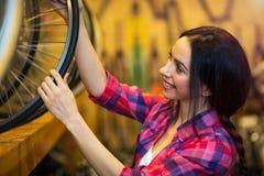 Νέα γυναίκα που εργάζεται σε ένα κατάστημα επισκευής ποδηλάτων Στοκ εικόνες με δικαίωμα ελεύθερης χρήσης