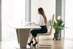 Νέα γυναίκα που εργάζεται στο γραφείο γραφείων Στοκ φωτογραφία με δικαίωμα ελεύθερης χρήσης