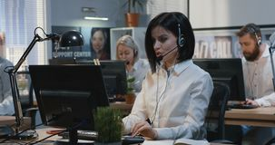 Νέα γυναίκα που εργάζεται στο γραφείο της φιλμ μικρού μήκους