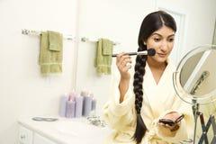 Νέα γυναίκα που εφαρμόζει Makeup Στοκ εικόνες με δικαίωμα ελεύθερης χρήσης