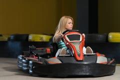 Νέα γυναίκα που η φυλή πηγαίνω-Kart Karting Στοκ εικόνα με δικαίωμα ελεύθερης χρήσης