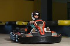 Νέα γυναίκα που η φυλή πηγαίνω-Kart Karting Στοκ Εικόνες