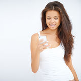 Νέα γυναίκα που διαβάζει ένα μήνυμα στο τηλέφωνό της στοκ φωτογραφίες με δικαίωμα ελεύθερης χρήσης