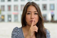 Νέα γυναίκα που κάνει μια shushing χειρονομία Στοκ εικόνα με δικαίωμα ελεύθερης χρήσης
