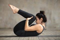 Νέα γυναίκα που κάνει τα γόνατα στη θωρακική άσκηση Στοκ Φωτογραφίες