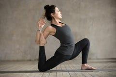Νέα γυναίκα που κάνει την άσκηση anjaneyasana Στοκ φωτογραφία με δικαίωμα ελεύθερης χρήσης
