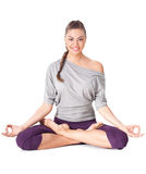 Νέα γυναίκα που κάνει την άσκηση Padmasana γιόγκας (το Lotus θέτει). Στοκ φωτογραφία με δικαίωμα ελεύθερης χρήσης
