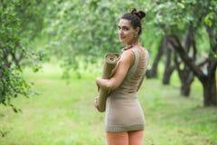 Νέα γυναίκα που κάνει τη γιόγκα στο πάρκο πρωινού Στοκ Φωτογραφία