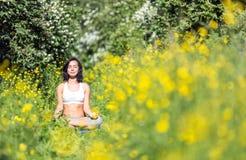 Νέα γυναίκα που κάνει τη γιόγκα υπαίθρια Στοκ εικόνα με δικαίωμα ελεύθερης χρήσης