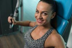 Νέα γυναίκα που κάνει τη θωρακική άσκηση στο κέντρο ικανότητας Στοκ φωτογραφίες με δικαίωμα ελεύθερης χρήσης