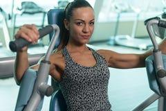 Νέα γυναίκα που κάνει τη θωρακική άσκηση στο κέντρο ικανότητας Στοκ φωτογραφία με δικαίωμα ελεύθερης χρήσης