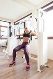 Νέα γυναίκα που κάνει τη θωρακική άσκηση στο κέντρο ικανότητας Στοκ εικόνα με δικαίωμα ελεύθερης χρήσης