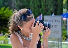 Νέα γυναίκα που κάνει τη φωτογραφία στοκ εικόνες