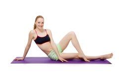 Νέα γυναίκα που κάνει τις αθλητικές ασκήσεις που απομονώνονται Στοκ Φωτογραφίες