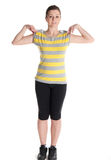Νέα γυναίκα που κάνει τις ασκήσεις ικανότητας που απομονώνονται στην άσπρη ανασκόπηση Στοκ φωτογραφία με δικαίωμα ελεύθερης χρήσης