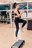 Νέα γυναίκα που κάνει τις ασκήσεις ικανότητας στο κέντρο ικανότητας στοκ εικόνα με δικαίωμα ελεύθερης χρήσης