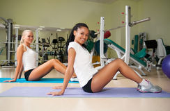 Νέα γυναίκα που κάνει τις ασκήσεις Στοκ εικόνες με δικαίωμα ελεύθερης χρήσης